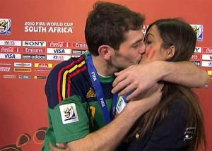Iker Casillas besa a Sara Carbonero